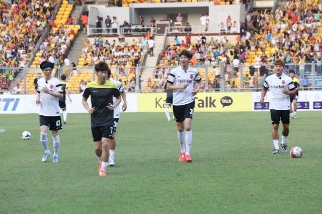 Running Man members show off football skills at 'KakaoTalk Asian
