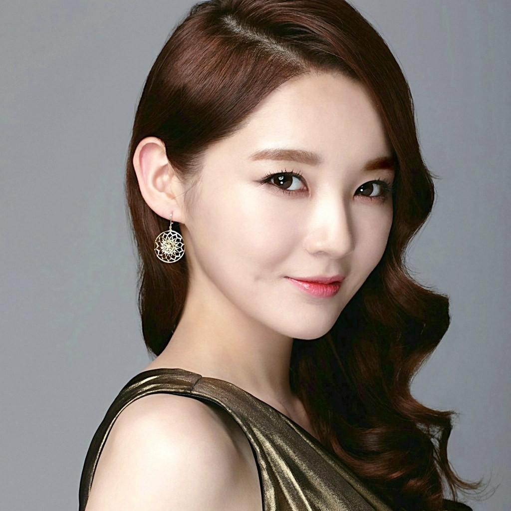 Davichi's Kang Min Kyuk with her v-line face. Photo: catchwallpaper.com