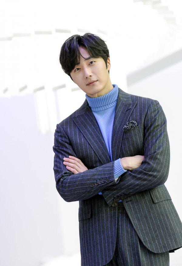 "jung il woo takes pride of his new drama ""haechi"""